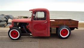 Camioneta pickup clásica del coche de carreras en la 'promenade' de la orilla del mar con el mar en fondo Fotos de archivo