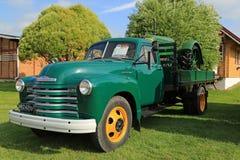 Camioneta pickup de Chevrolet 6400 del nostálgico y tractor clásico fotografía de archivo