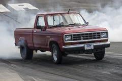 Camioneta pickup en la tira de la fricción Fotografía de archivo