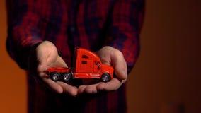 Camioneta pickup en su seguro de transporte rojo del truckin de la mano metrajes