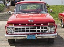 Camioneta pickup roja del F-100 de 1965 Ford Fotografía de archivo