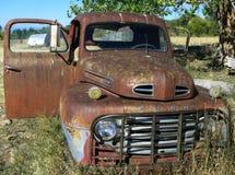 Camioneta pickup vieja oxidada en un campo Foto de archivo libre de regalías