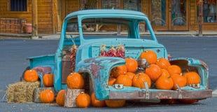 Camioneta pickup vieja por completo de calabazas imagenes de archivo