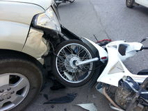 Camioneta pickup y motocicleta del accidente del desplome Imágenes de archivo libres de regalías