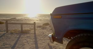 Camionete azul estacionado na praia 4k video estoque