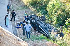 A camionete causa um crash no abismo. Foto de Stock Royalty Free