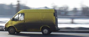 Camionete comercial amarela na estrada que conduz rapidamente fotografia de stock royalty free