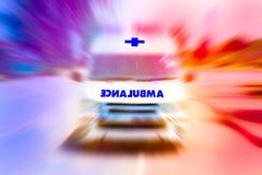 A camionete da ambulância que apressa-se ao acidente com luzes de piscamento, ambulância da emergência viaja através da rua da ci foto de stock royalty free
