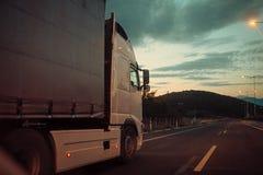 A camionete de Argo, caminhão, kamion transporta bens ou artigos entre países Conceito internacional do transporte Camion, camion fotos de stock royalty free
