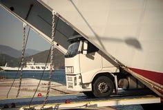 A camionete de Argo, caminhão, kamion transporta bens ou artigos entre países Conceito internacional do transporte Passeios do Ca imagens de stock royalty free