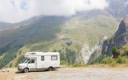 Camionete de campista estacionada altamente nas montanhas imagem de stock