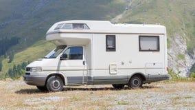 Camionete de campista estacionada altamente nas montanhas fotografia de stock royalty free