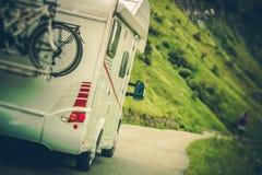 Camionete de campista na estrada foto de stock