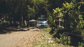 Camionete de campista que conduz em uma estrada secundária através do parque filme