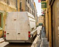 Camionete de entrega suja na rua estreita da cidade Fotografia de Stock