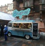 Camionete do alimento da rua que vende crepes fotografia de stock royalty free
