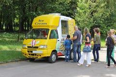 Camionete do gelado e uma fila imagem de stock
