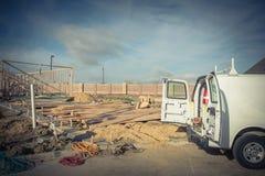 Camionete do trabalho com a parte traseira aberta e as ferramentas no canteiro de obras fotografia de stock royalty free