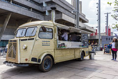 Camionete do vintage que vende o alimento fotos de stock royalty free