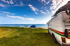 Camionete e barraca de campista na praia, Lofoten Noruega fotografia de stock royalty free