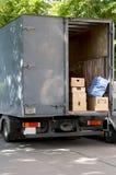 Camionete movente da casa Fotos de Stock