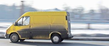Camionete ocupada suja do coletor do espaço em branco do yelow imagem de stock royalty free