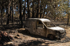 A camionete pequena queimou-se à terra em uma vila pequena da municipalidade grandioso de Pedrogao Foto de Stock