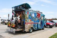 Camionete selvagem da arte pintada acima com sob o tema do mar e nomeada minha sereia aciganada completa com as cordas das luzes  imagens de stock