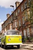 A camionete velha do verde do vintage estacionou em uma rua com casas do victorian Imagem de Stock Royalty Free