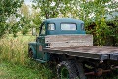 Camionete velha no campo fotografia de stock royalty free