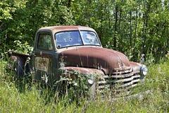 Camionete velho de Cheverolet que senta-se em um campo imagens de stock royalty free