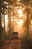 Camionete velho que corre na estrada do cascalho Imagem de Stock