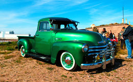 Camionete verde clássico de Chevy fotografia de stock