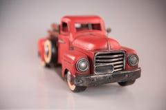 Camionete 1950 vermelho do metal do brinquedo do ` s do vintage Imagens de Stock Royalty Free
