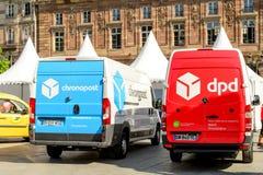 Camionetes do cargo e do Chronopost de DPD no quadrado central Imagens de Stock Royalty Free