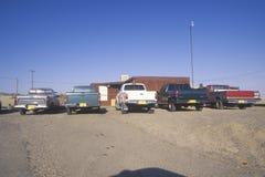 Camionetes na reserva indígena em Shiprock, nanômetro do Navajo fotografia de stock royalty free