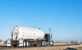 Camionista independente que reboca o combustível Imagens de Stock Royalty Free