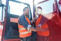 Camionista na frente de seu caminhão do longo-curso imagem de stock