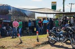 Camionistas e povos nos caminhões parados nas estradas para o PR Foto de Stock