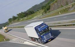Camionnage bleu sur l'omnibus photographie stock