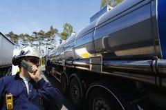 Camionnage de travailleur et de carburant d'huile Image libre de droits