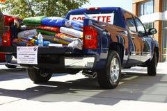 Camionnette de livraison complètement des aliments pour chiens Image stock