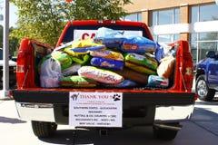 Camionnette de livraison complètement des aliments pour chiens Images stock