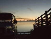 Camionnette de livraison dans le fleuve avec des bordures Images stock
