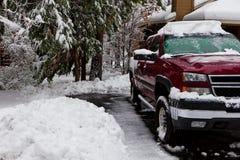 Camionnette de livraison dans une allée neigeuse Photographie stock libre de droits