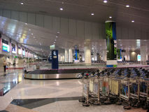 Camionnette de livraison de bagages d'aéroport photographie stock libre de droits