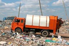Camionnette de livraison de détritus sur les garbages de dépotoir Image stock