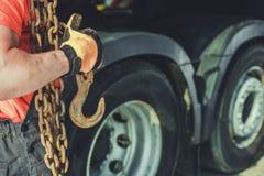 Camionneur avec les cha?nes et le crochet image stock