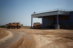 Camions à benne basculante, déchargeur ou camions- complètement des pierres dans une carrière de sable, transportant les matières photo stock