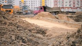 Camions à benne basculante travaillant à un chantier de construction clips vidéos